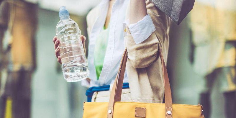 Unterwegs immer eine Wasserflasche dabeihaben.