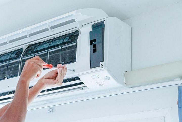 Die Montage einer Split-Klimaanlage erfolgt durch einen Fachmann.