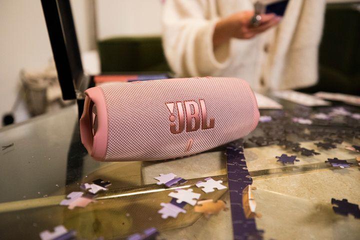 """Der """"JBL Charge 5"""" ist ein portabler Bluetooth-Lautsprecher."""