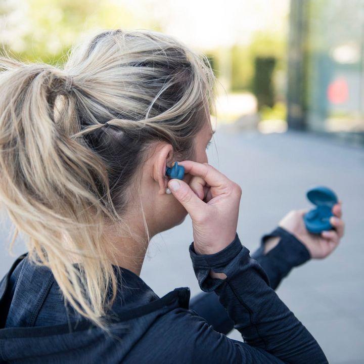 Die True-Wireless-Kopfhörer sind in Schwarz, Rot, Pink, Grün, Grau und Blau erhältlich.