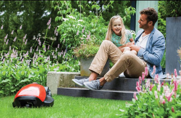 In immer mehr Gärten drehen die kleinen, aber feinen Mähroboter ihre Runden.