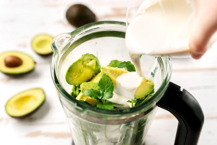 Grüner Smoothie mit Avocado.