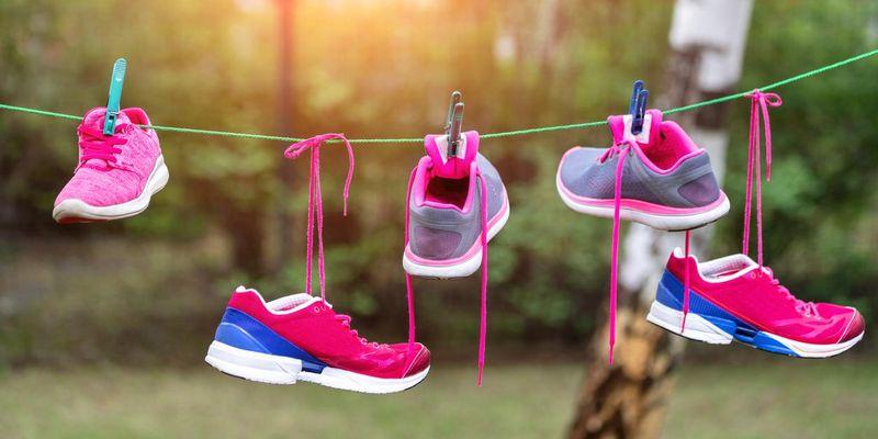 Sportschuhe waschen.