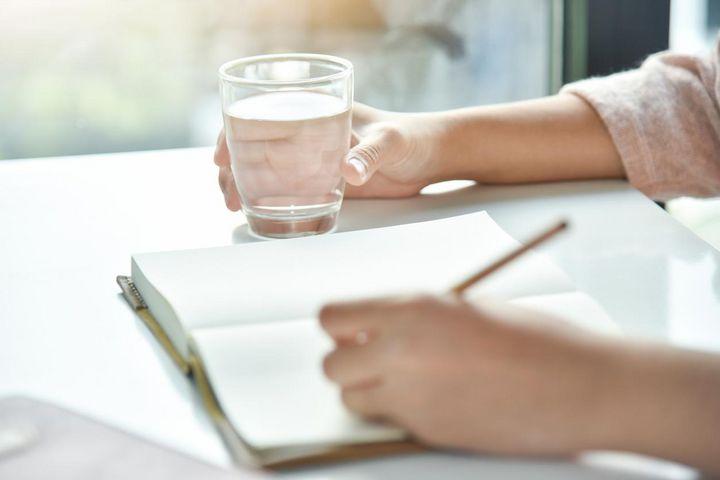 Wenn ein Glas Wasser immer in Reichweite steht, denken Sie öfter ans Trinken.