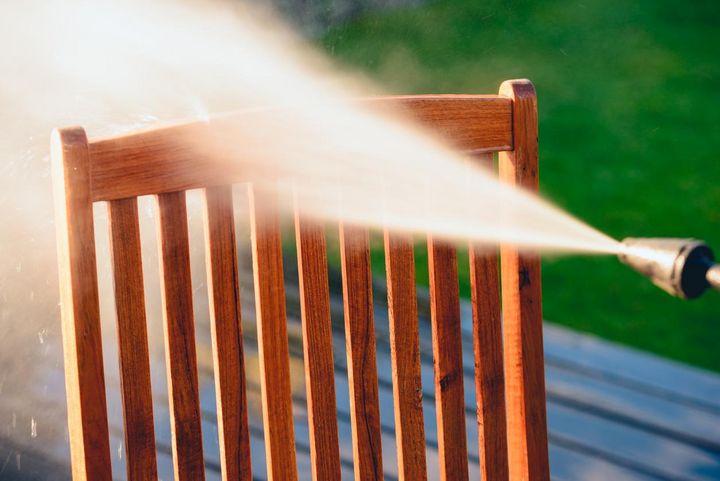 Gartenmöbel mit Hochdruck von Schmutz befreien.