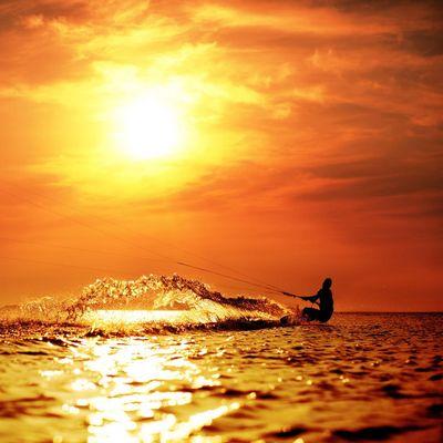 Surfen Sie mit Kite und Board in den Sonnenuntergang!