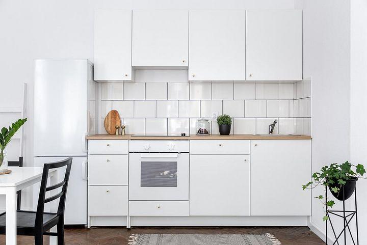 Kühlschränke möglichst mit Abstand zur Wand und anderen Geräten aufstellen.