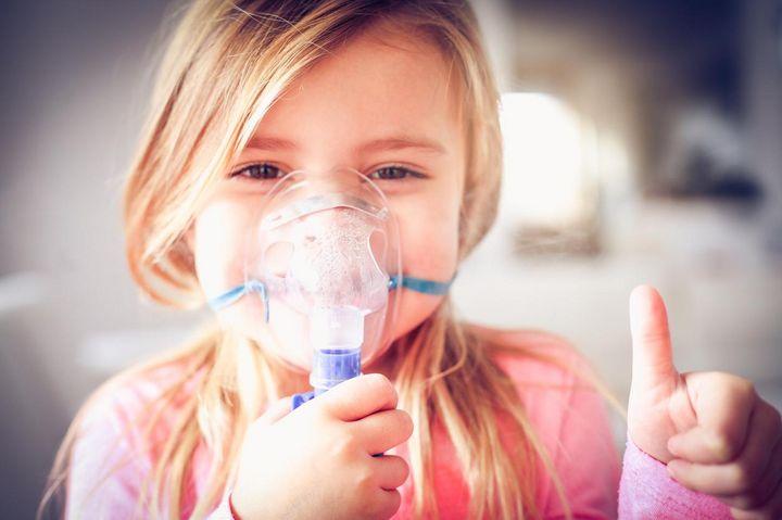Auch Kinder können bei Erkältung bis zu drei Mal pro Tag für fünf bis zehn Minuten inhalieren.