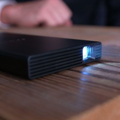 Sonys neuester Projektor passt in jede Tasche.