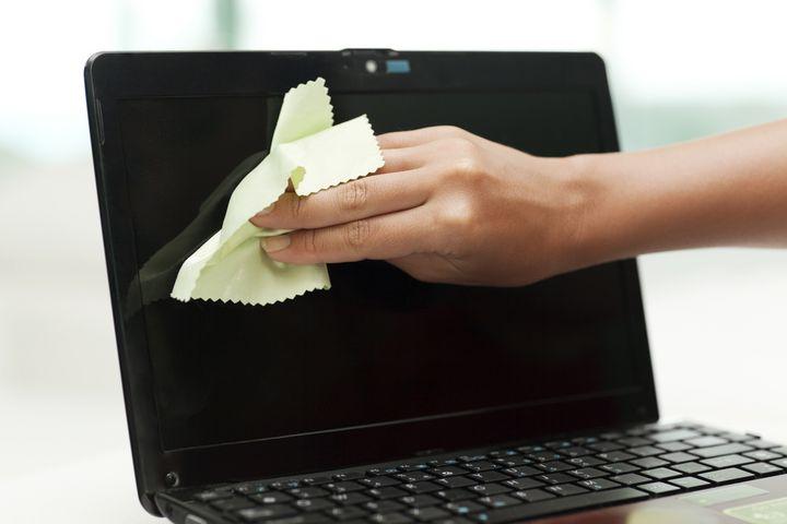 Mit einem Pinsel können Sie die Ecken säubern.