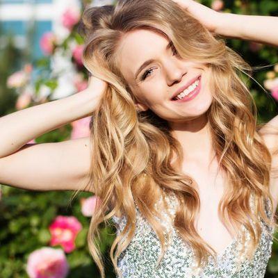 Haarpflege im Sommer: Reichhaltige Öle und Haarstyling mit niedrigen Temperaturen.