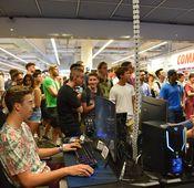 """Gaming-Event mit """"XoYnUzi"""" alias Eni bei MediaMarkt Wien Mitte."""