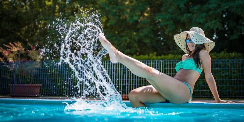 Am Pool sind lästige Körperhaare unerwünscht.