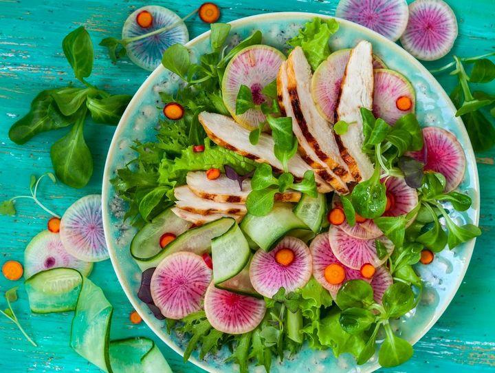 Rettich, grüner Salat und Gurke sind ideale Speisenbegleiter im Sommer.