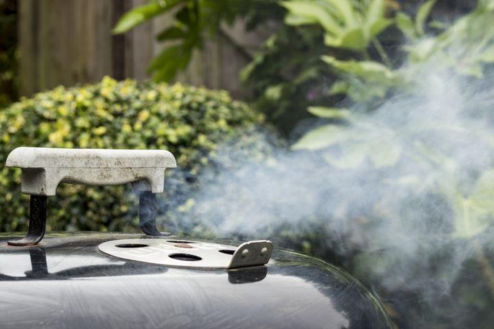 Beim indirekten Grillen werden größere Bratenstücke oder Huhn im Ganzen zubereitet.