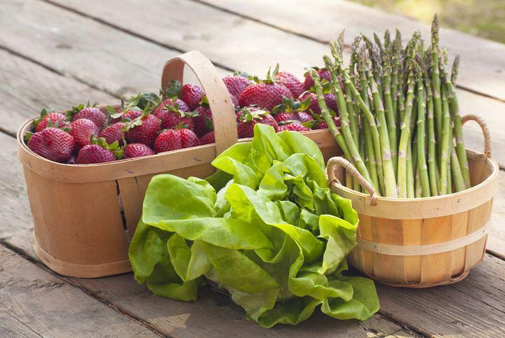 Gemüse und Obst im Frühling.