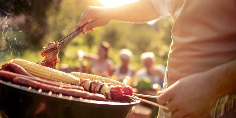 Der perfekte Griller kann je nach Anforderung mit Strom, Gas oder Kohle angefeuert werden.