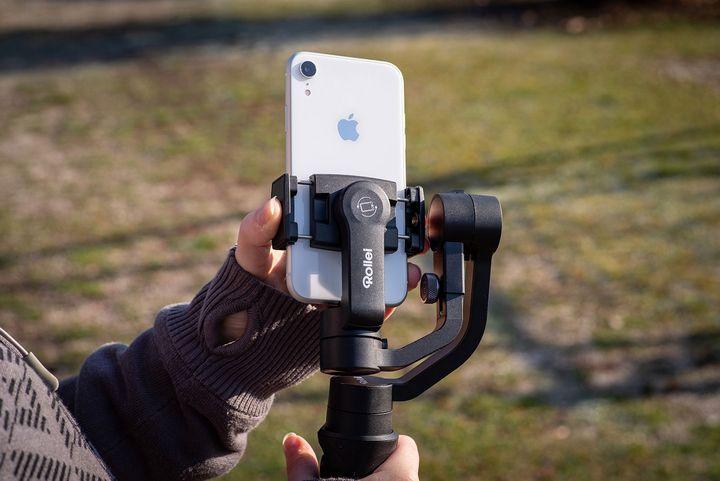 Das Gimbal stabilisiert Ihr Smartphone beim Filmen.