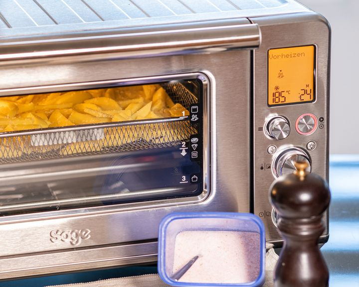 """Pommes backen im """"the Smart Oven Air Fryer"""" von Sage."""