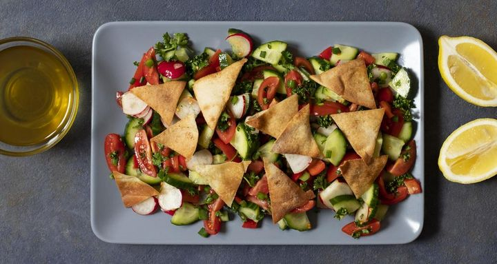 Fattoush ist ein orientalischer Salat mit gegrillten Fladenbrotstücken.