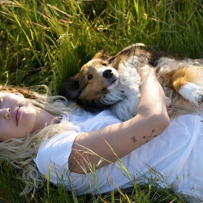 """Miley Cyrus feiert auf """"Younger Now"""" ihre Liebe zur Country-Musik."""