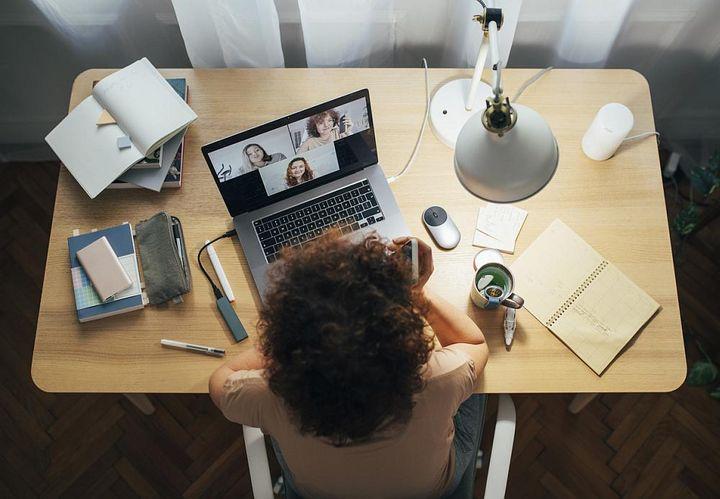 Ein Chat mit Kollegen hebt die Laune und verringert das Gefühl der Isolation.