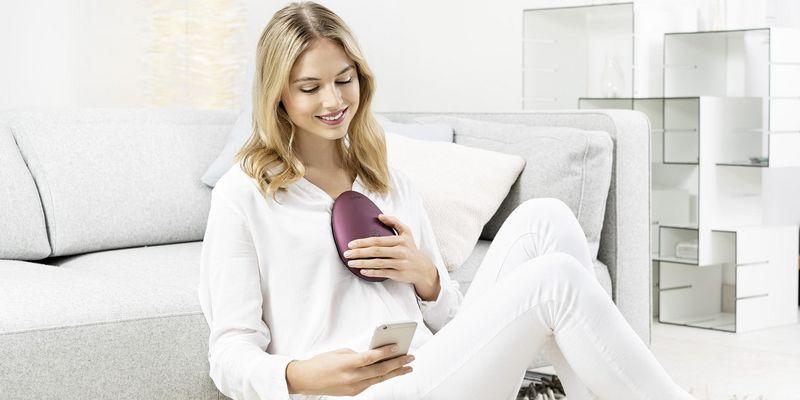 """Meditation kann heutzutage mit Apps, Tageslichtlampen oder dem """"stress releaZer"""" von Beurer unterstützt werden."""