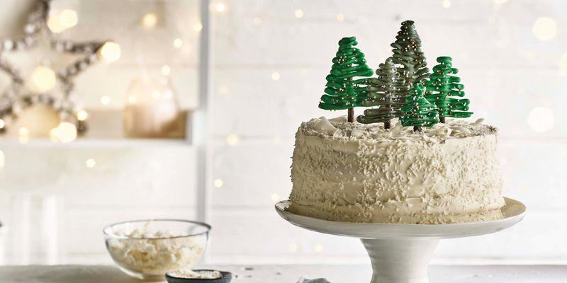 Der Gingerbread Latte Cake beeindruckt mit Deko-Bäumchen.