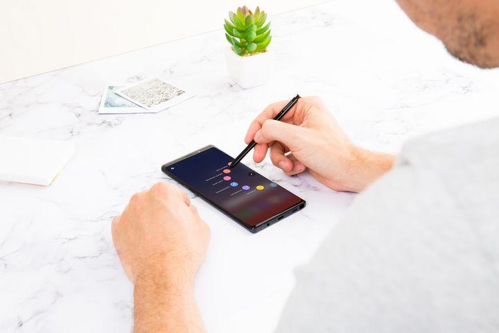 In den Einstellungen zum S Pen lassen sich zudem Aktionen definieren, die automatisch starten, sobald der Stift aus dem Schaft genommen wird.