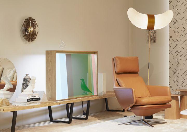 Mehr an eine Vitrine als an ein modernes TV-Gerät erinnert der Prototyp eines transparenten OLED-Fernsehers von Panasonic