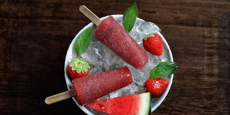 Gefrorene Wassermelone erfrischt als Popsicle kalorienarm.