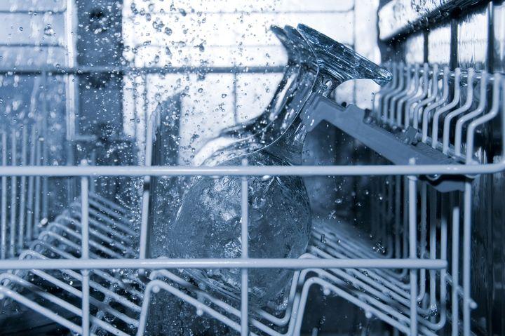 Moderne Geschirrspüler sind wasser- und energiesparend.