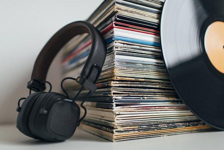 Dass Knacksen und Knistern zwangsläufig zum Hörgenuss einer Schallplatte dazugehört, ist wohl einer der größten Irrtümer unter Musikliebhabern.