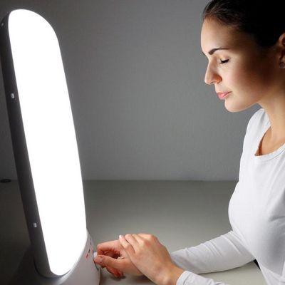 Tageslichtlampen fördern den Ausstoße des Glückshormons Serotonin.