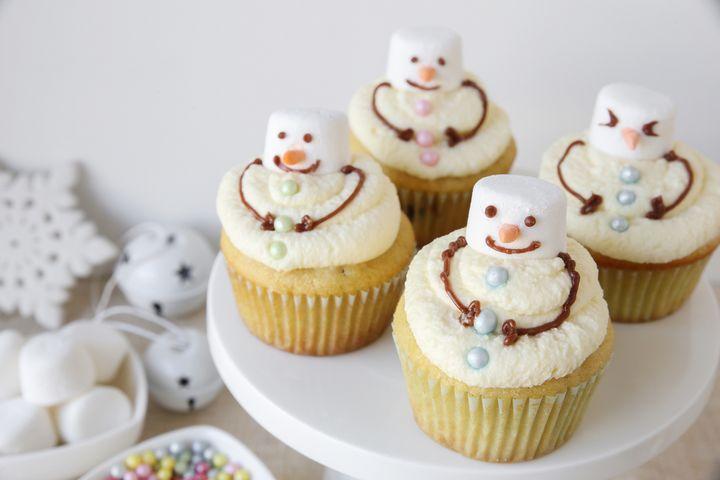 Winterliche Verzierungen auf Weihnachtsbäckerei gelingen mit Marshmallows, Zuckerperlen, Fondant, Baisers und Streusel.