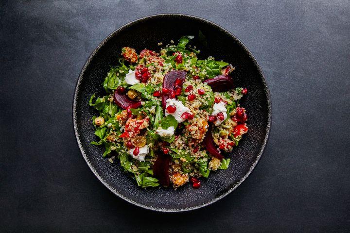 Cocktailtomaten, Rucola, Frischkäse, Granatapfel und Spinat passen gut zu Quinoa.