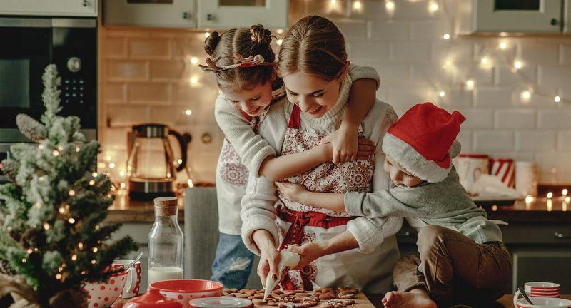 Familie kocht gemeinsam zu Weihnachten.