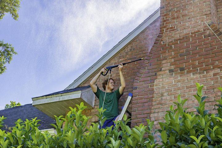 Fassaden sollte mit Vorsicht via Hochdruck gereinigt werden.