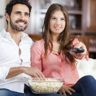 Pärchen sieht gemeinsam fern