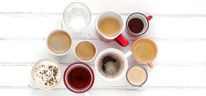 Eine Tasse Kaffe und ein Glas Wasser.