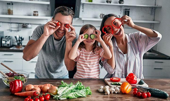 Kochen mit der Familie sorgt für Wohlbefinden.