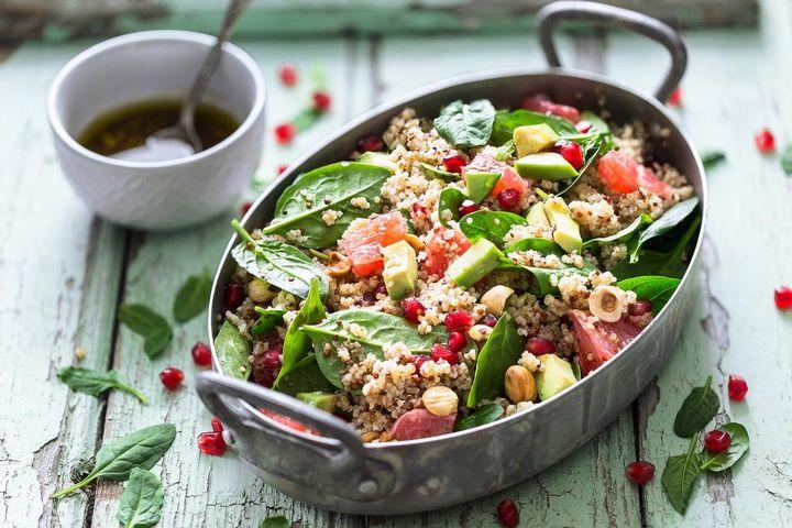 Mit Spiralschneider und elektrischem Zerkleinerer lassen sich die Zutaten für den Sommersalat schnell präparieren.
