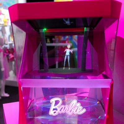 Hologramm-Barbie tanzt im pinken Kasten