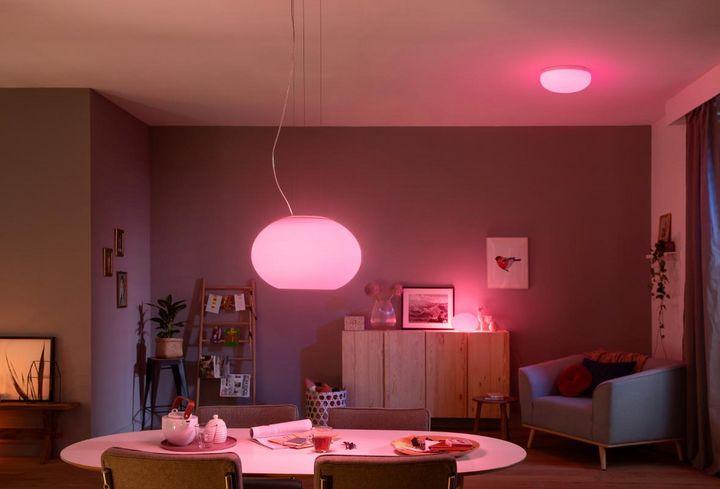 """Lichtakzente mit smarten Decken- und Tischlampen wie """"Flourish"""" von Philips Hue geben dem Zuhause schnell und einfach ein neues Wohnambiente."""