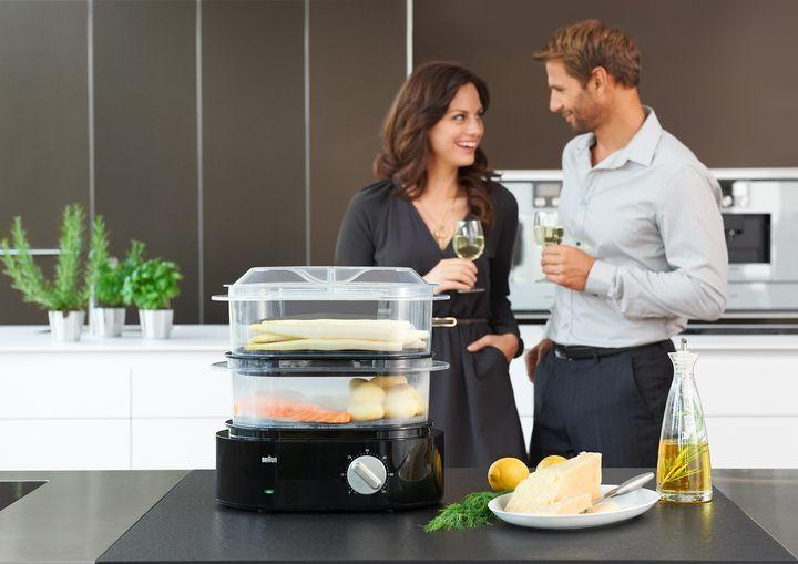 In den transparenten Universal-Dampfkörben der Braun IdentityCollection FS 5100 können Hauptspeise, Beilagen und Dessert gleichzeitig zubereitet werden.
