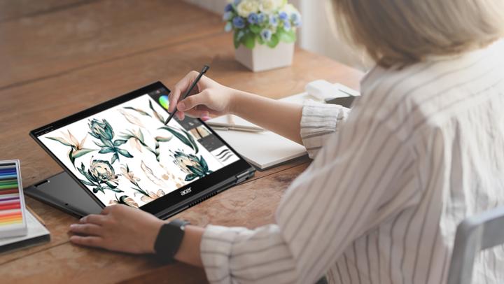 """Das 1,2 kg leichte """"Acer Spin 5"""" besitzt ein 360-Grad-Scharnier,"""