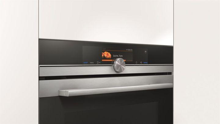 Direkt am Gerät oder per App lässt sich der Siemens iQ700 Dampfbackofen bedienen.