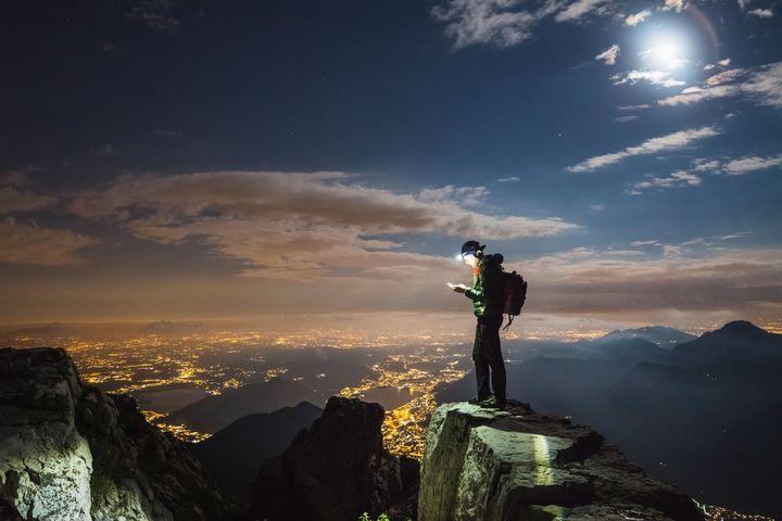 Ein man auf einem Berg