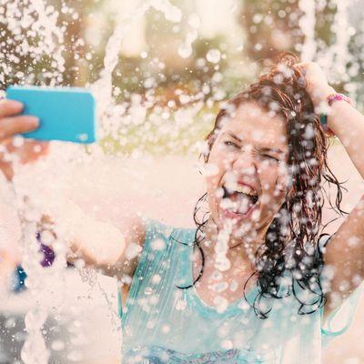 Wasserfeste Hüllen schützen das Handy im Urlaub.