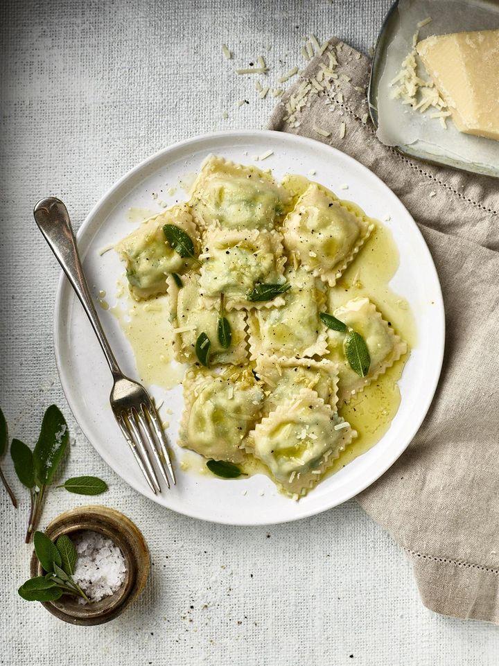 Die Sauce zur frischen Pasta entsteht durch Parmesan und einen Schöpfer Nudelwasser.